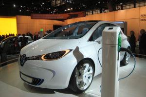 Une voiture Renault ZOE en recharge